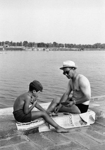 05_Mario Cattaneo, dalla serie Una domenica all'Idroscalo, 1957 - 1969 © Museo di Fotografia Contemporanea